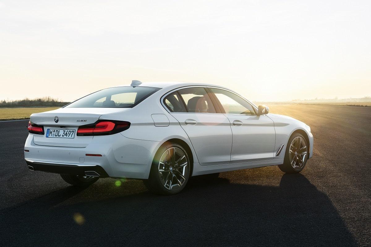 Weiße BMW 5er Limousine