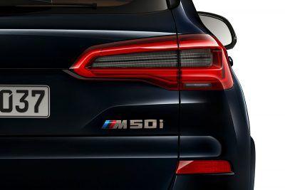 BMW X5 M50i Detail Schriftzug